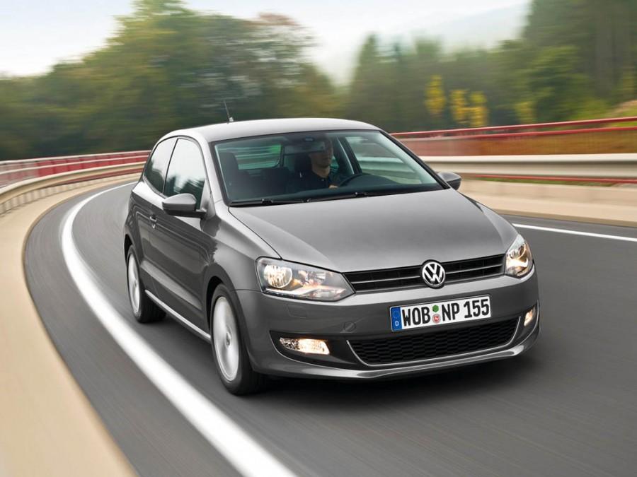 Третье место - Volkswagen Polo, у автомобиля  статистика улучшилась на 4,2%. Продажи составили - 39,3 тыс. машин.