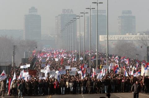 Сербы требуют досрочных выборов