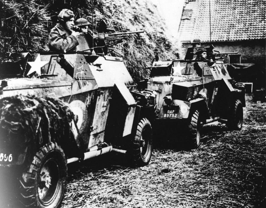Освобождение Нидерландов. Солдаты союзников в бронированных транспортных средств (ANP)