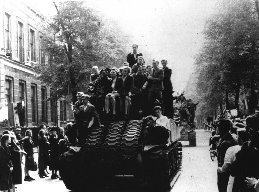 Канадские танки в Амстердаме, 8 мая 1945 г. (ANP)