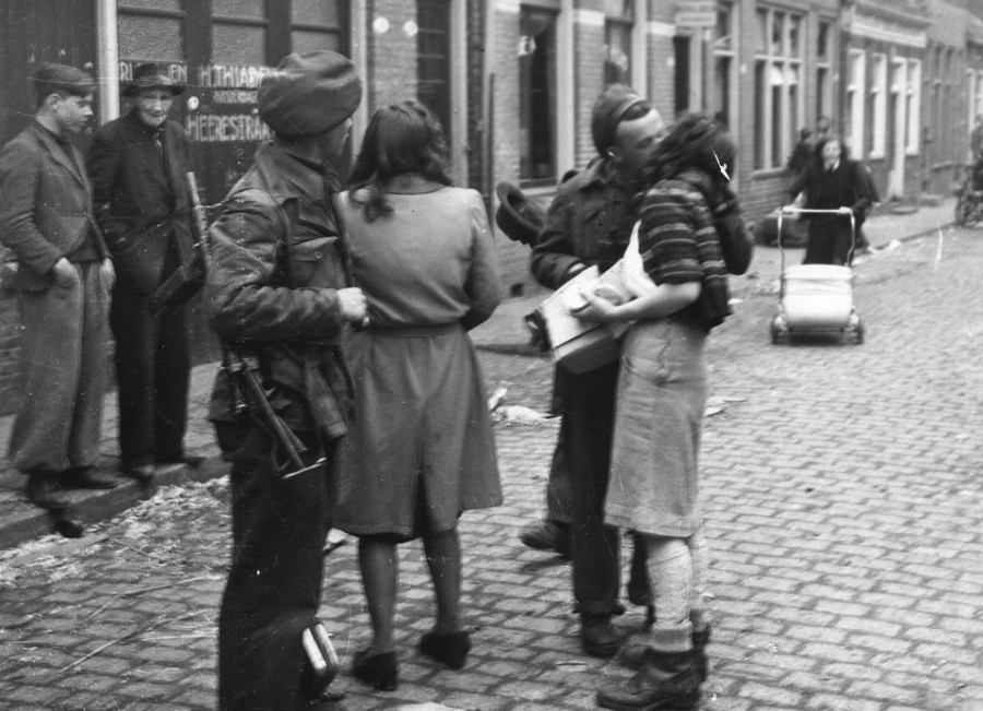 Гронинген. Девушки встречают освободителей. (ANP)