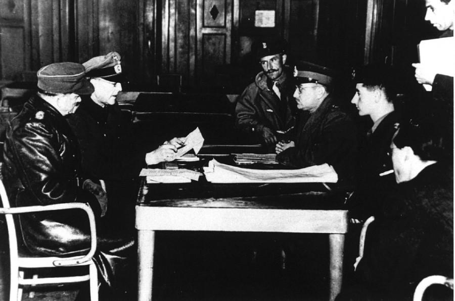 Отель De Wereld, Вагенинген, 5 мая 1945 года. Переговоры о капитуляции. Слева: немецкий переводчик, генерал Райхельт. Справа: генерал майор Джордж Китчинг, генерал-лейтенант Чарльз Фолкс (в центре) Его Королевское Высочество принц Бернхард (справа) (ANP)