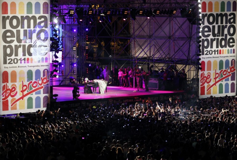 Леди Гага поддержала геев и лесбиянок