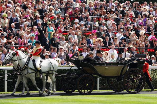Королева прибыла на юбилейные скачки в Аскоте
