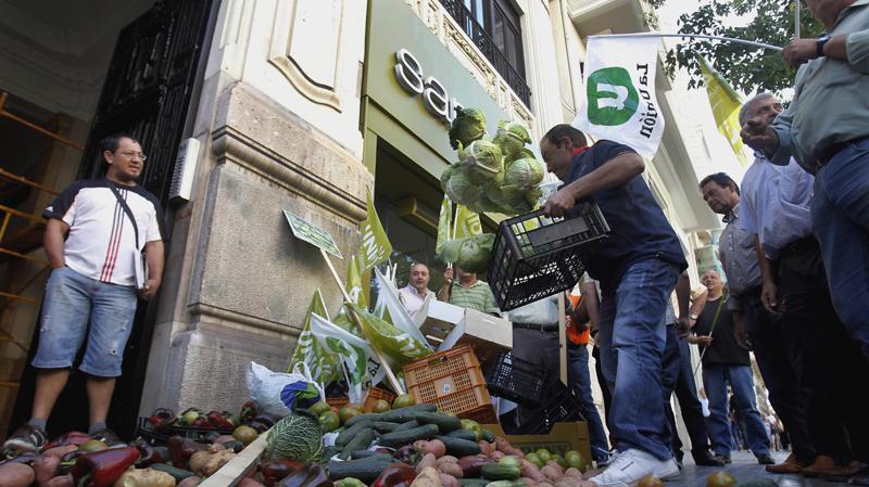 Испанские фермеры выкинули 300 кг овощей у входа в немецкое консульство в Валенсии