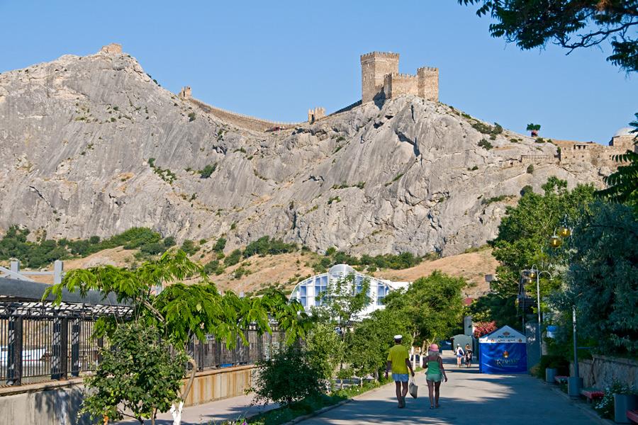 Силуэт Генуэзской крепости, расположенной на вершине горы видим из любой точки города