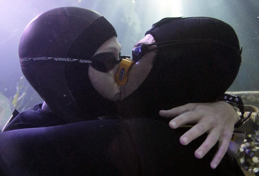 Самый длинный поцелуй под водой