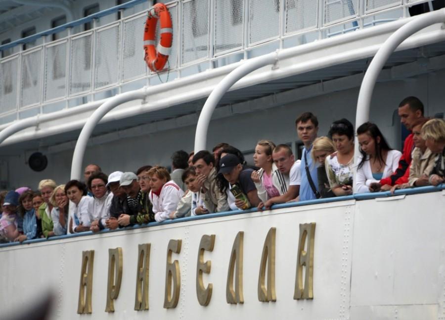 Пассажиры теплохода АРАБЕЛЛА наблюдают за спасением выживших с теплохода БУЛГАРИЯ