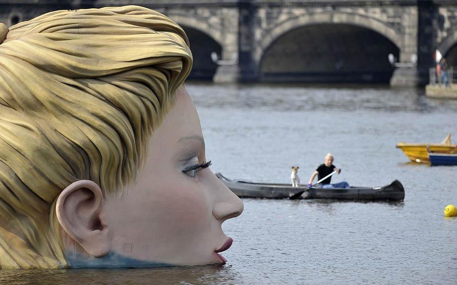 Необычная скульптура  весит около 2-х тонн и высота ее около 30 м