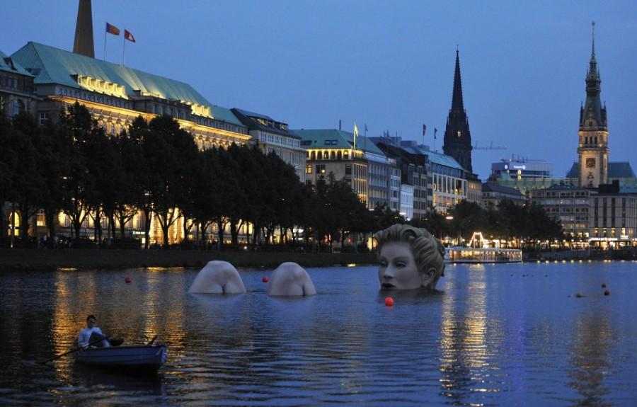 Гигантская русалка в озере Альстер в центре Гамбурга