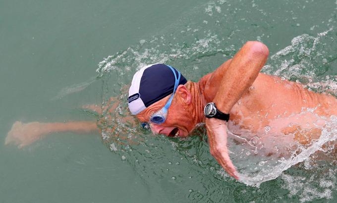70-летний британец Роджер Олсоп переплыл Ла-Манш