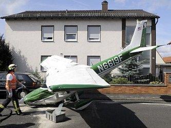 Самолет приземлился в жилом микрорайоне