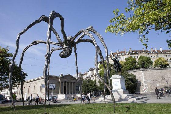 Огромный паук выставлен в Женеве