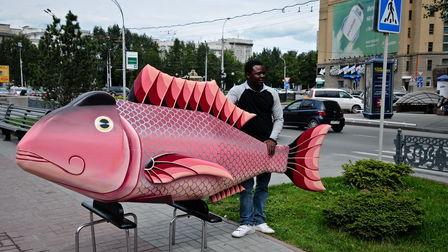 Гроб в виде рыбы и его изготовитель Эрих Ананг