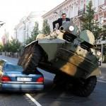 Мэр Вильнюса раздавил бронетранспортером Мерседес
