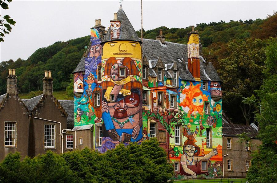 Бразильское граффити на замке Келберн в Шотландии