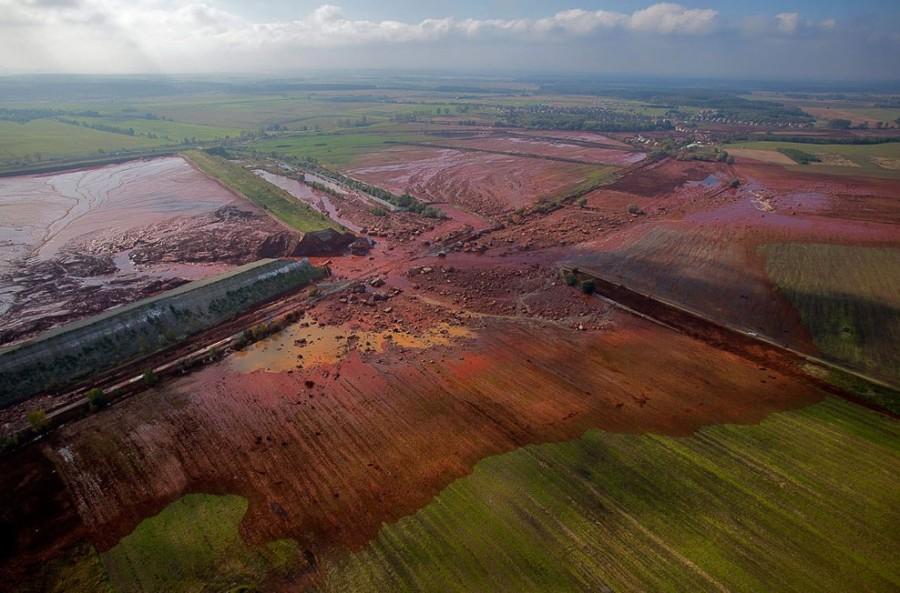Октябрь 2010, разрушенный резервуар с красным шламом