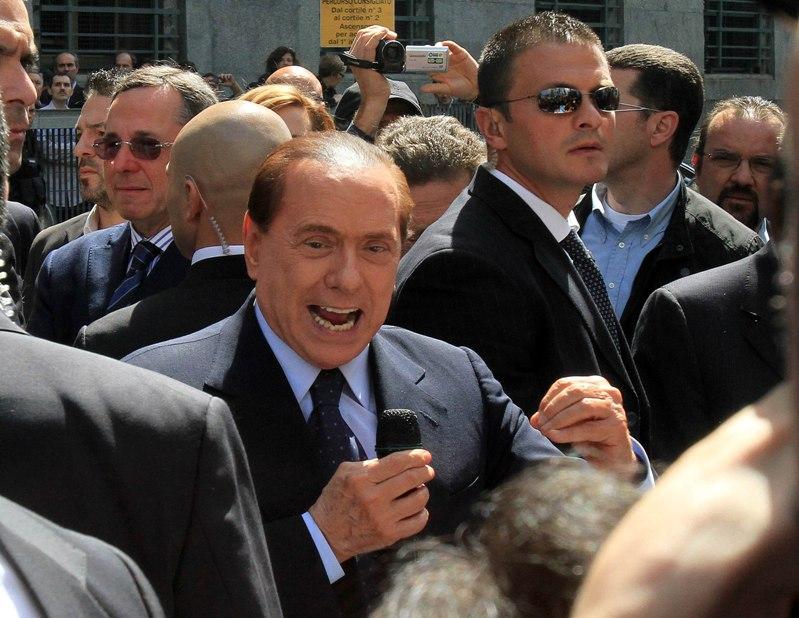 Берлускони еще известен, как сочинитель баллад