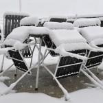 Все уличные кафе засыпало снегом