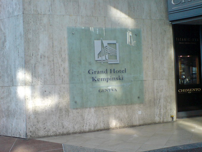 Табличка на входе в отель
