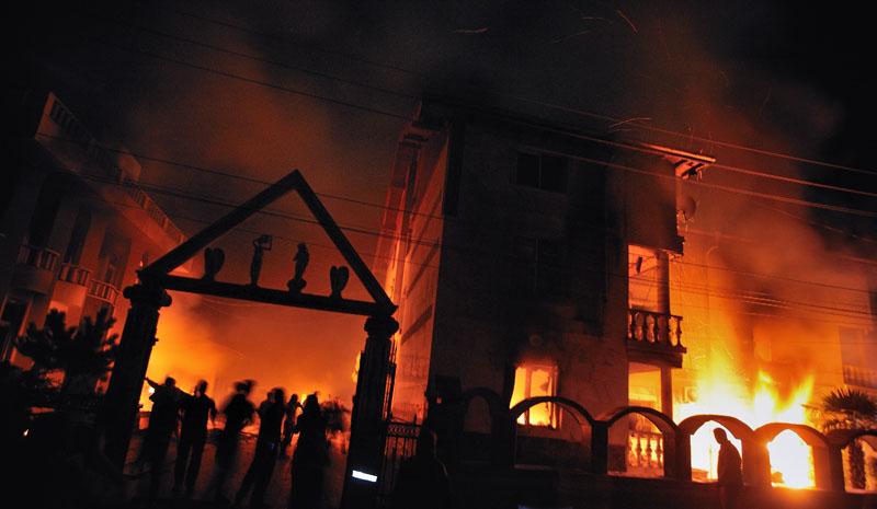 Местные жители поджигают дома цыганских наркобаронов