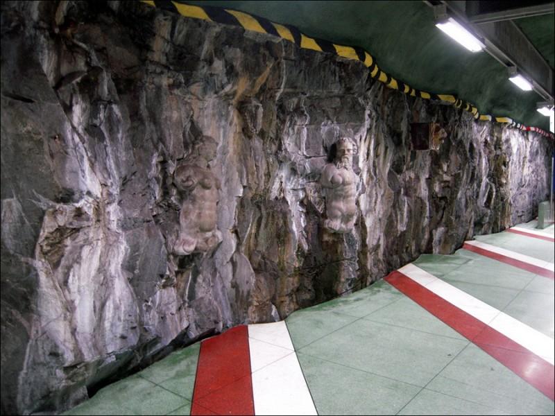 Метро Стокгольма - скульптуры, высеченные в стене