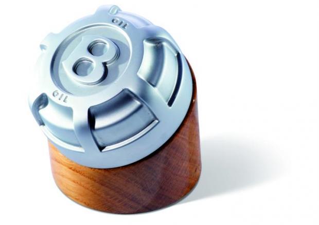 Пресс-папье из крышки от заливной горловины для масла Bentley