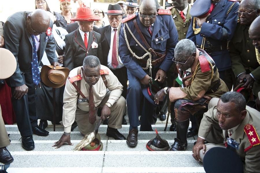 Члены делегации Намибии исполняют ритуал