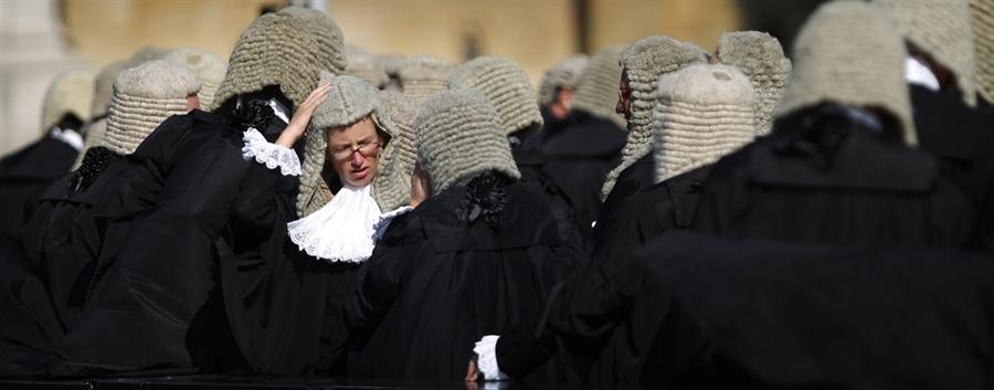 Судьи придерживают свои парики, от внезапно налетевшего ветра