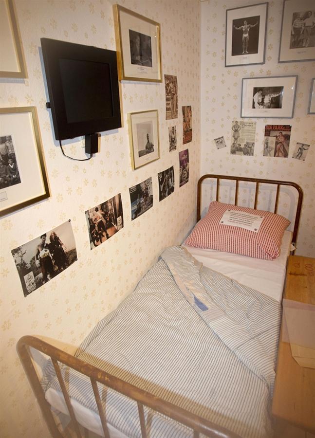 Железная кровать, на которой спал Арнольд в детстве