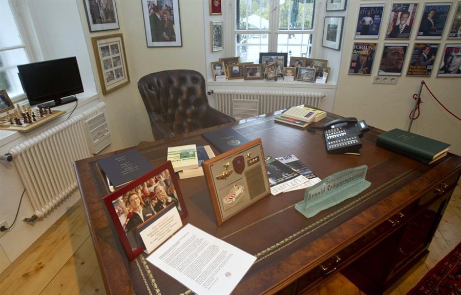 Рабочий стол и кресло бывшего Губернатора Калифорнии
