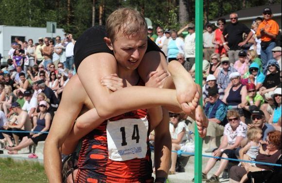 """Wife Carrying World Championships"" - ""Чемпионат по ношению жен"" в Sonkajarvi, Финляндия"