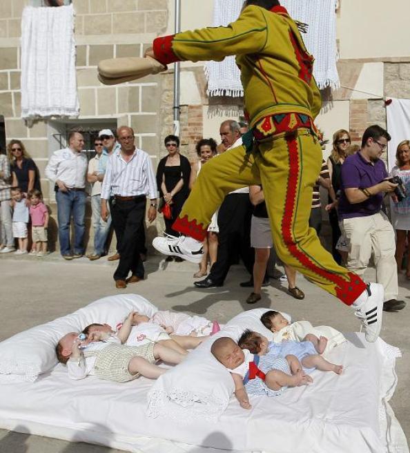 Праздник 'El Salto del Colacho' - Прыжок Дьявола во время праздника Тела Господня, Кастрильо-де-Мурсия, недалеко от испанского города Бургос