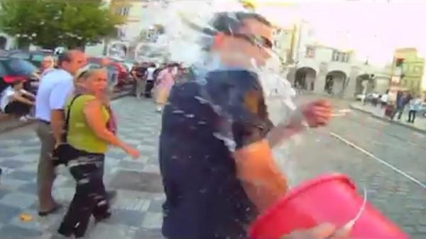 Супер Вацлав в действии, обливает водой курильщиков