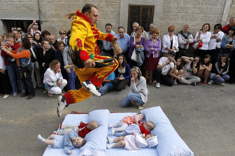 """Праздник 'El Salto del Colacho' - """"Прыжок Дьявола"""" во время праздника """"Тела Господня"""", Кастрильо-де-Мурсия, недалеко от испанского города Бургос"""