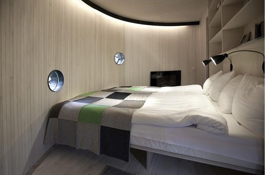 В номере есть спальня, ванная комната, гостиная, площадь номера 17 квадратных метров