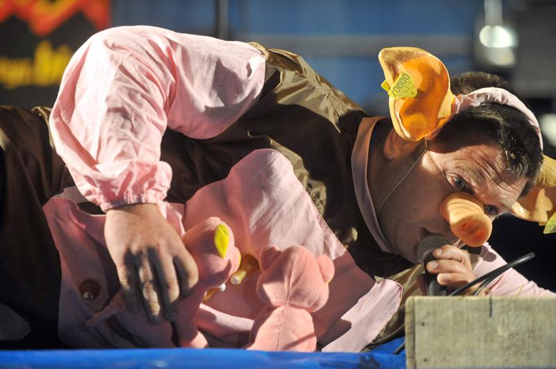"""Чемпионат по хрюканью"" во время ""Фестиваля свиней"" во Франции, деревня Три-Сюр-Без"