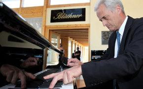 Петер Рамзауэр за пианино
