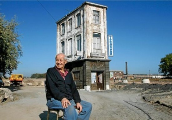 Salah Oudjani на фоне своего дома-кафе