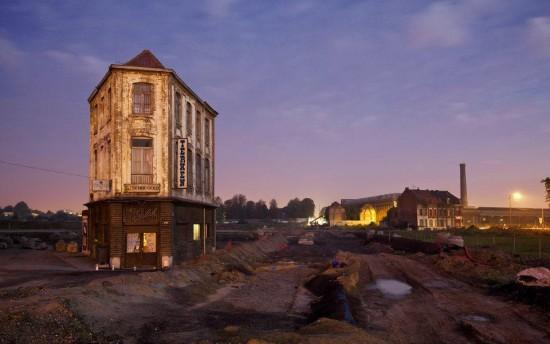 Одинокий дом посреди строительной плащадки