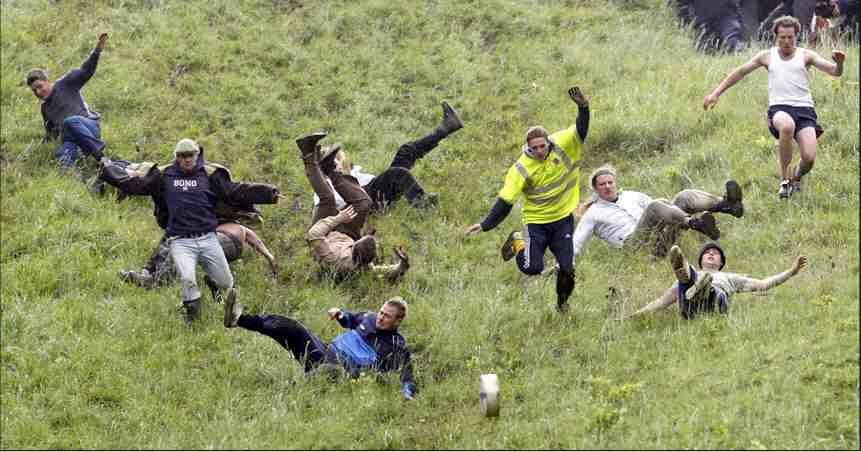 """Фестиваль """"Догони Double Gloucester"""", на холме Coopers, графство Глочестершир, Великобритания"""