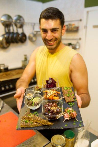 Сотрудник ресторана Каван Лотфи представляет блюда из необработанных продуктов
