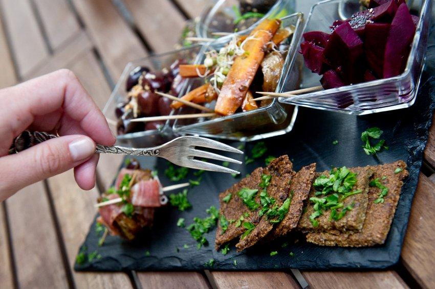 Салат с оливками, каперсами и кедровыми орешками; хлеб на ореховой основе со сливочным маслом и оливками; копченый лосось с травяным соусом