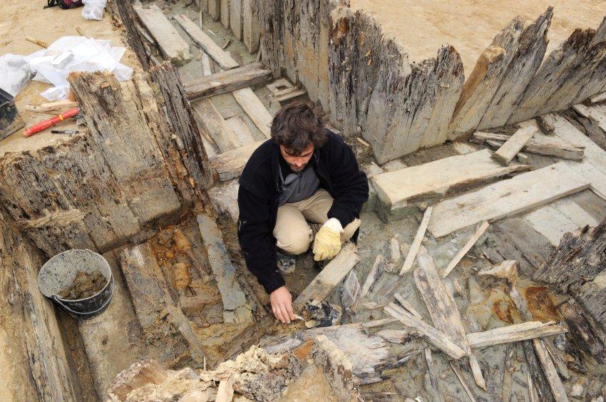 Археологам удалось найти много личных вещей солдат: медальоны, шлемы, бумажники, ботинки, трубки, портсигары, карманные книги, оружие и даже бутылку вина.