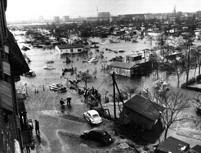 Гамбург в феврале 1962 года, 340 человек погибли, 20 тыс. остались без крова