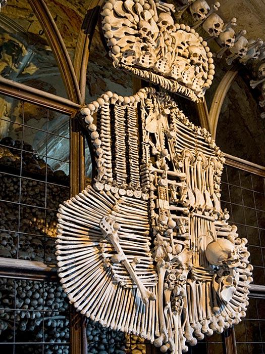 Интерьер Костницы в Седлеце выполнен из 40 000 человеческих скелетов, Чехия