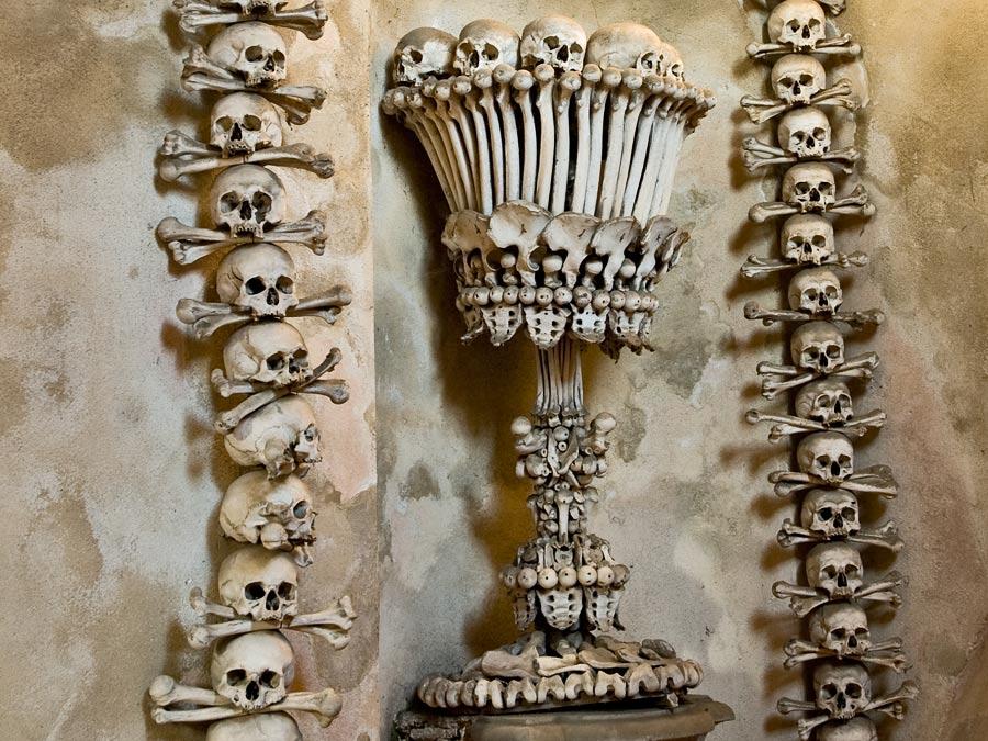 Интерьер Костницы в Седлеце выполнении из 40 000 человеческих скелетов, Чехия