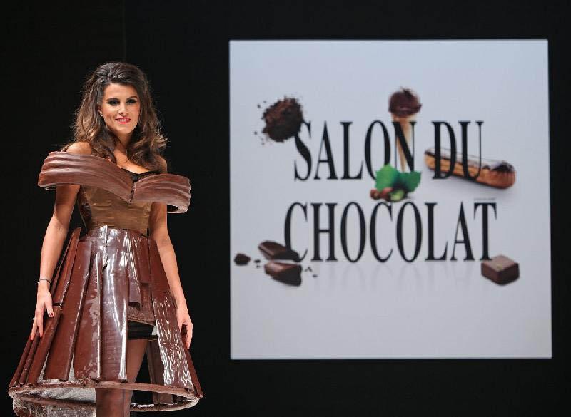 На телеведущей Карин Ферри шоколадное платье развалилось прямо на подиуме