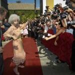 85-летняя невеста позирует перед журналистами в танце