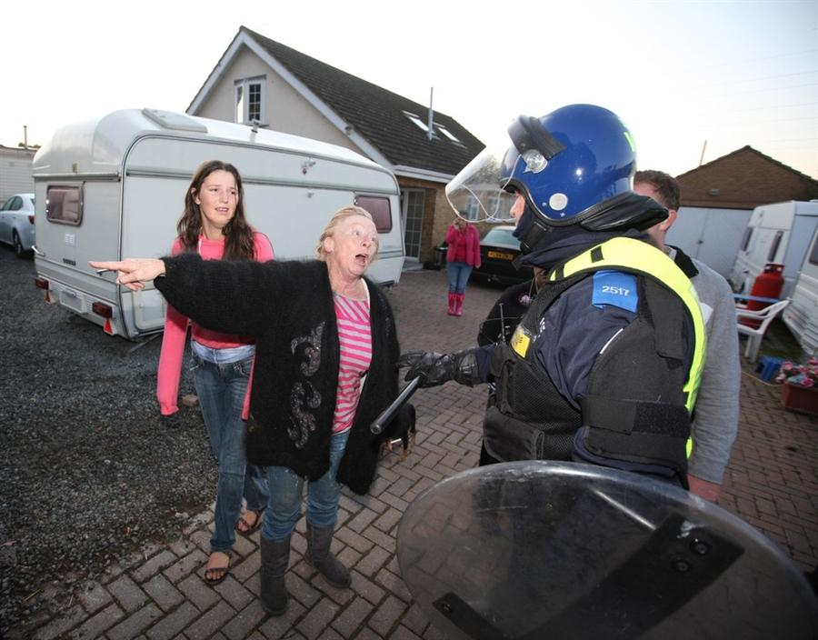 Жительница лагеря Maime Slattery пытается доказать полицейским, что живет здесь на вполне законных основаниях